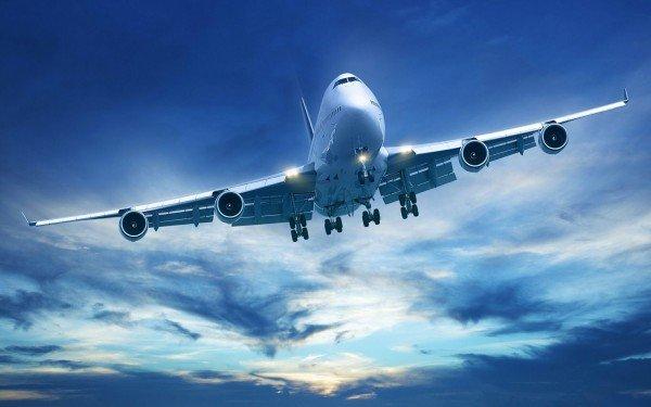 Летящий самолета