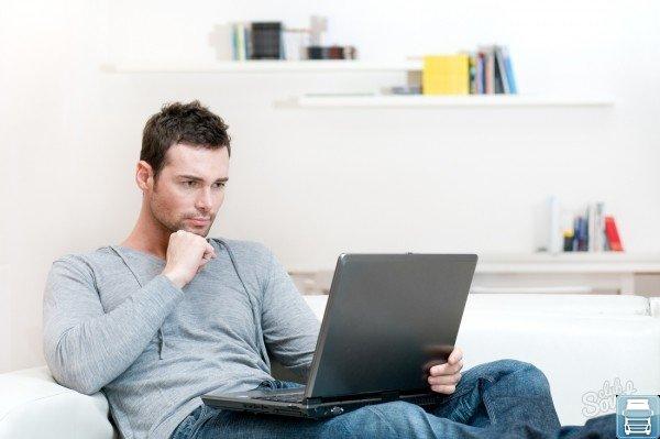 Мужчина а компьютером
