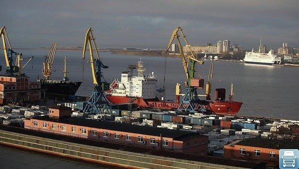 грузовые баржи в порту