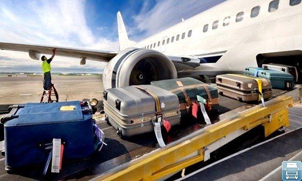 Багаж загружают в самолет
