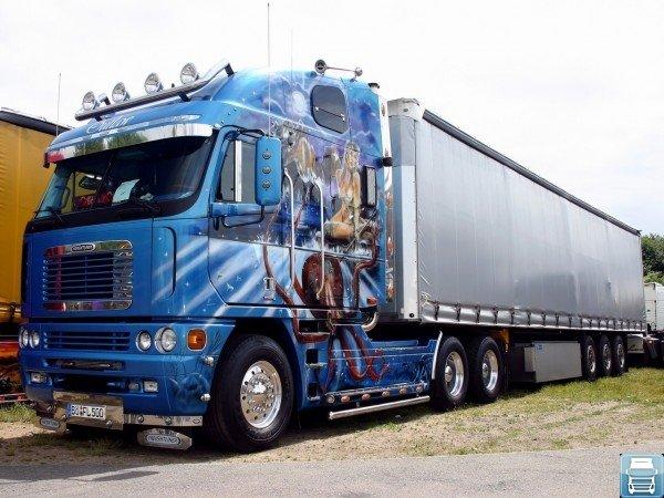 Красивый синий грузовик