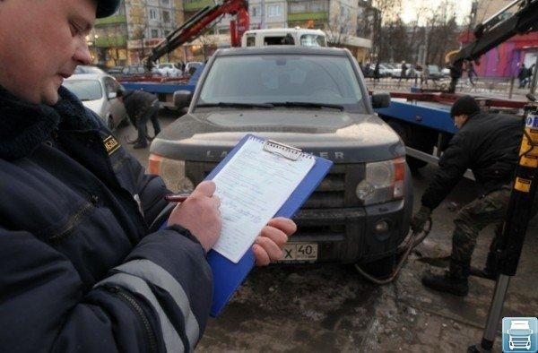 Составление протокола инспектором при эвакуации автомобиля