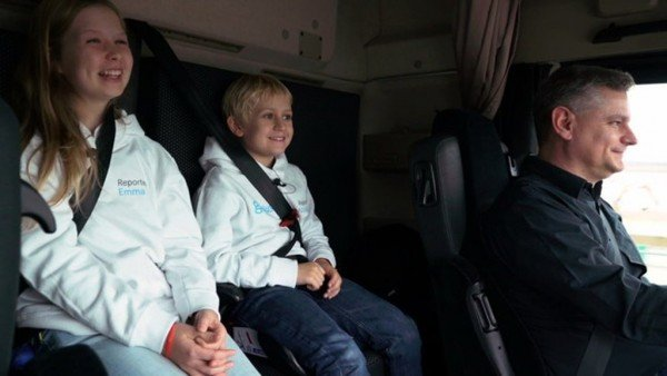 Дети в чалоне грузовика с автопилотом