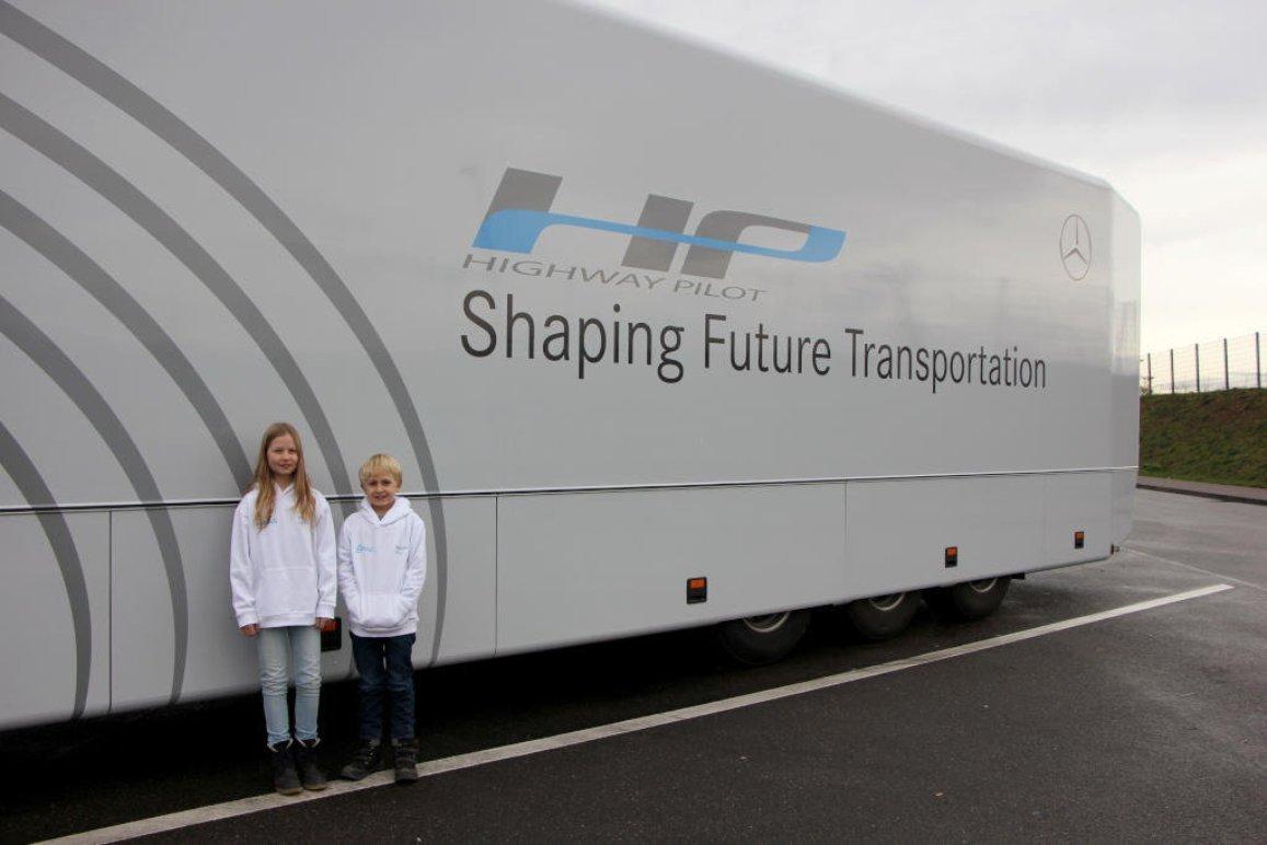 Двое школьников прокатились на грузовом тягаче с автопилотом