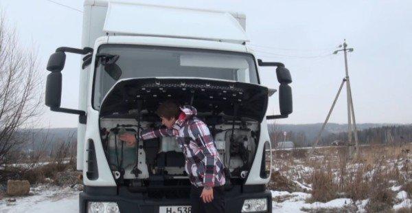 Ёмкости с антифризом и тормозной жидкостью под капотом Iveco Evrocargo 75E18