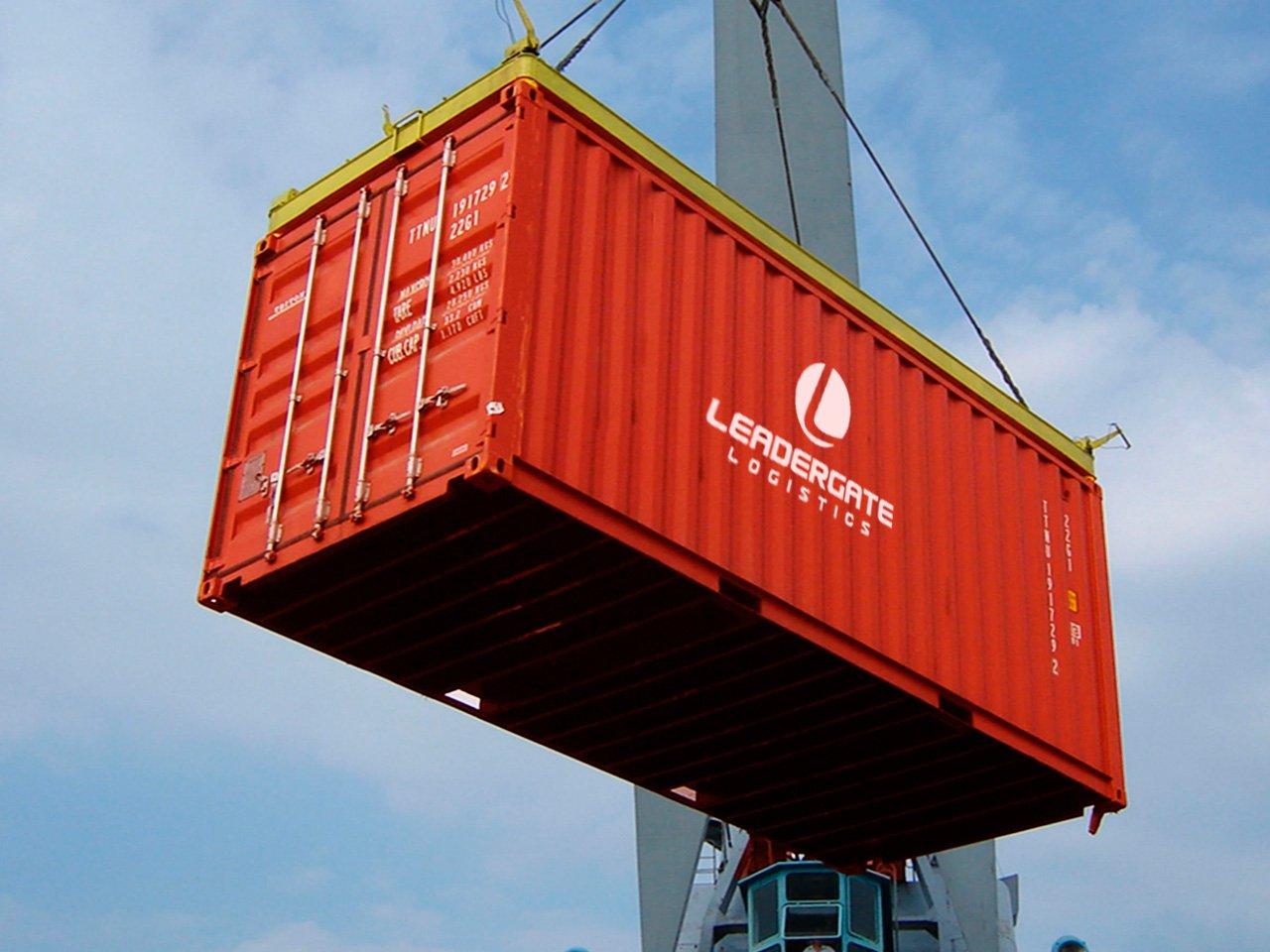Кран поднимает контейнер