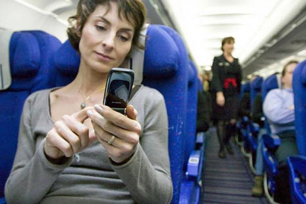 Можно ли пользоваться телефоном в самолёте: есть ли Wi-Fi на борту