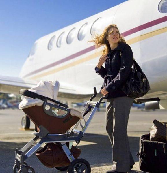 Девушка с коляской возле самолёта