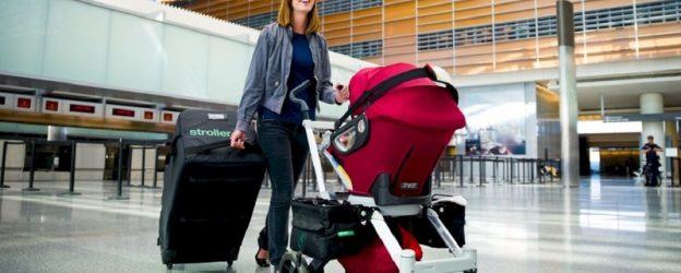 Девушка с коляской в аэропорту