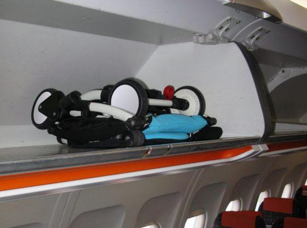 Коляска в салоне самолёта