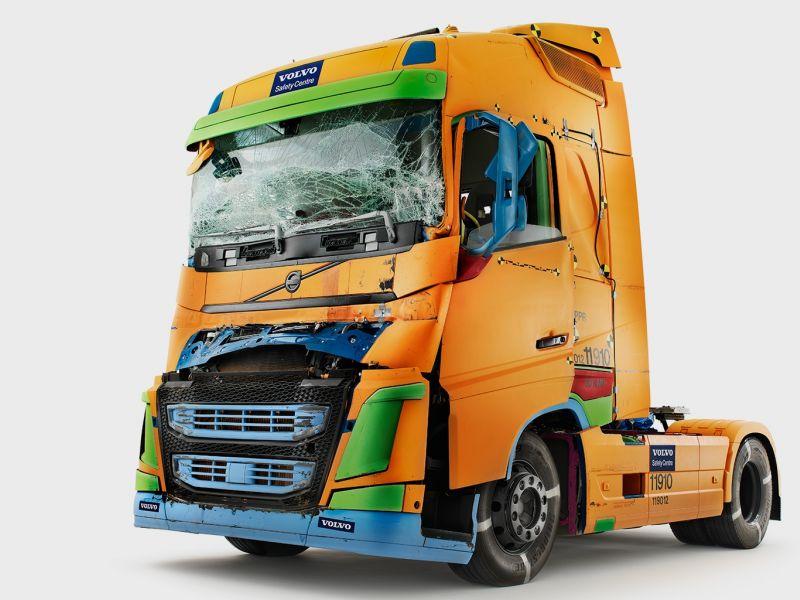 Как современные грузовики Volvo справляются с краш-тестами: видео