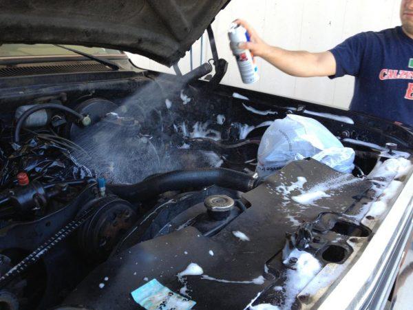 Применение аэрозольного очистителя для двигателя