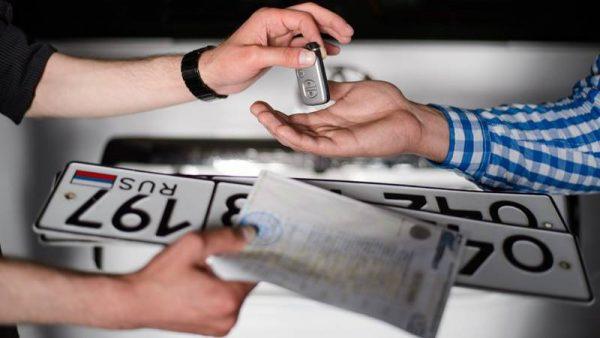 Получение номера и документов в автосалоне