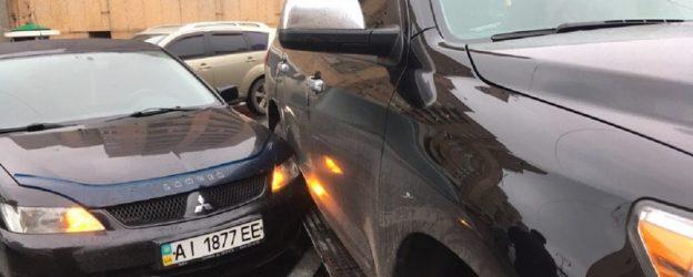 небольшое столкновение  двух машин