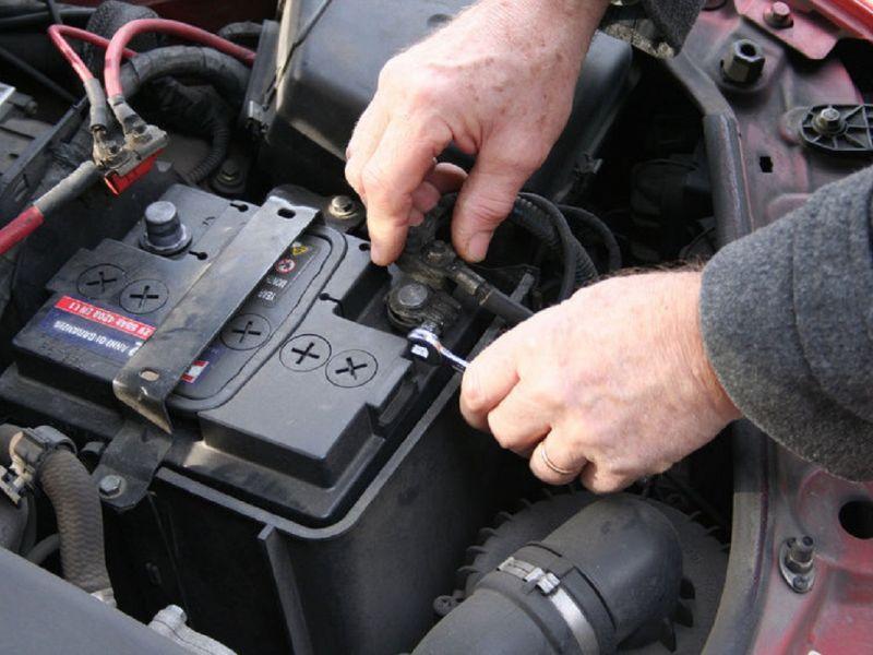 Как снять аккумулятор с машины правильно, порядок снятия клемм с акб автомобиля, пошагово с фото и видео