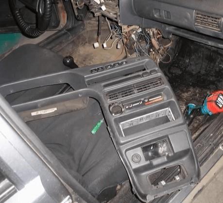 Снятая центральная консоль ВАЗ — 2114