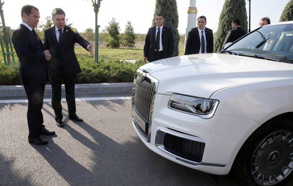 Медведев в Туркмении посетил автовыставку, на которую привезли Aurus