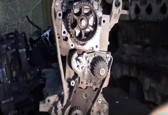 Двигатель Рено «Логан» со снятым ремнем ГРМ