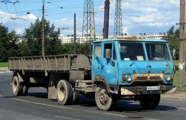 Тягач КАЗ-608 на дороге