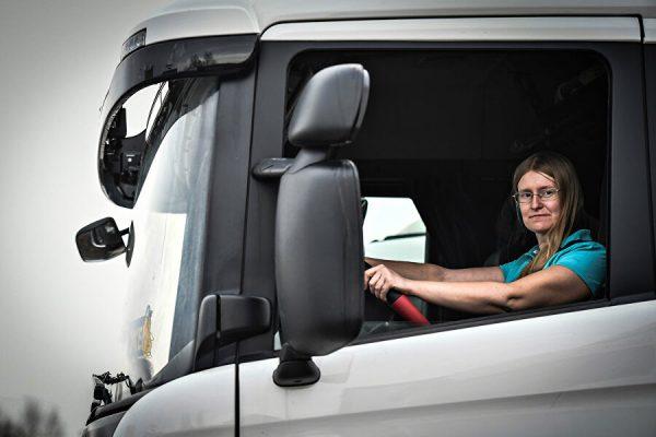 Евгения за рулем 20-тонного тягача Scania