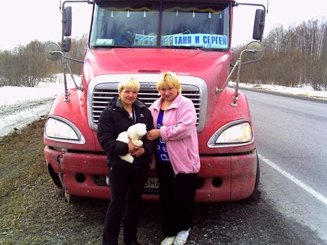 Татьяна Самопальникова с дочерью у своего фредлайнера