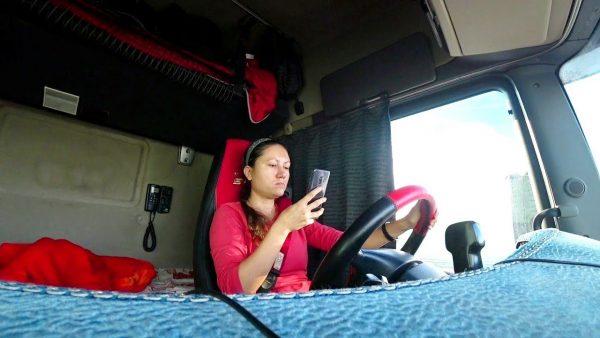 Девушка дальнобойщица Юлия Лазарева за рулем фуры