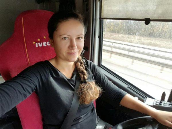 Дальнобойщица Юлия Лазарева за рулем тягача «Ивеко»
