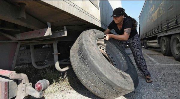 Дальнобойщица меняет колесо на фуре