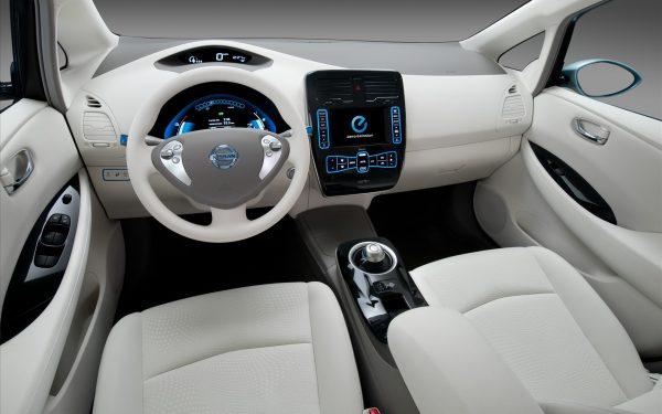 Nissan Leaf интерьер и приборная панель