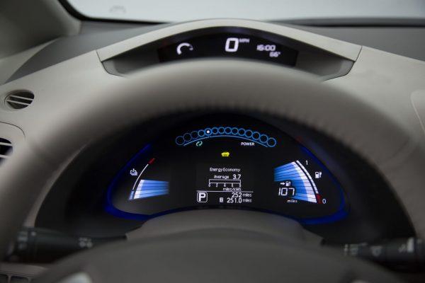 Nissan Leaf приборная панель