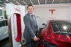 Маск заряжает Tesla Model S