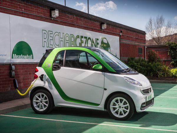 Smart Fortwo Electric Drive на зарядке