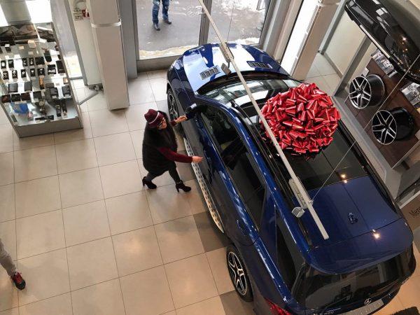 Бузова забирает машину Mercedes-Benz GLE из салона